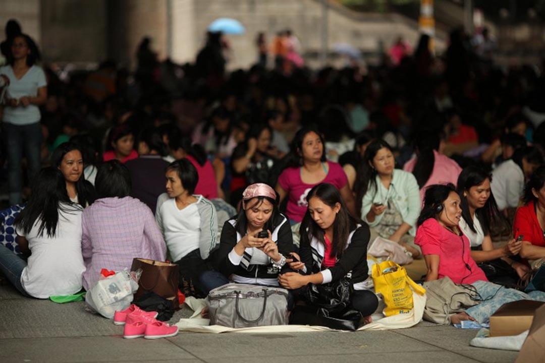 每逢周日,大批香港外傭在中環的匯豐銀行下聚集。攝:Ed Jones/AFP
