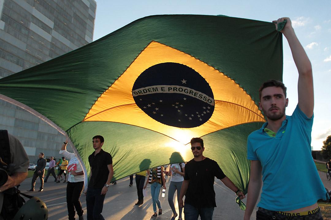2016年3月17日,巴西多個城市爆發遊行示威,示威者要求總統羅塞芙與她新任命的涉貪幕僚長盧拉下台。攝:Joedson Alves/AP