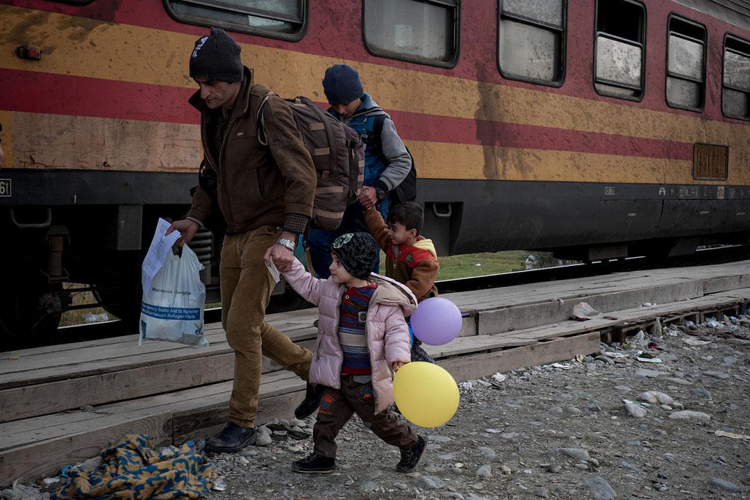 2015年11月26日,希臘,兩名孩童帶著氣球乘著火車到達希臘邊境城鎮。攝:Ashley Gilbertson / VII Photo for UNICEF