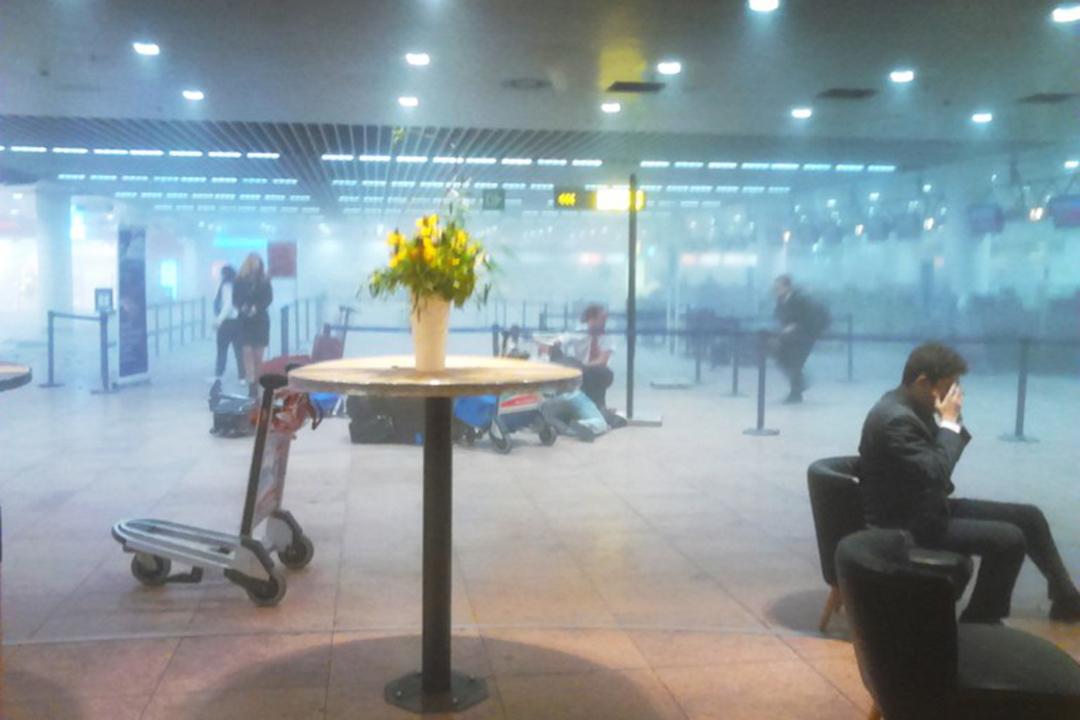 2016年3月22日,爆炸發生後,濃煙密布的布魯塞爾國際機場。攝:TT NEWS AGENCY/AFP