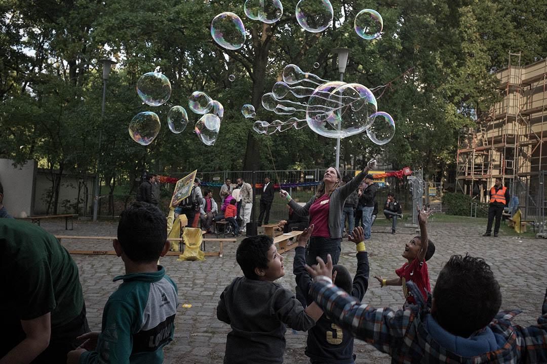 2015年9月24日,柏林,難民與德國居民一起慶祝古爾邦節 (Eid al-Adha),該節日為穆斯林世界的重要節慶之一。攝:Ashley Gilbertson / VII Photo for UNICEF