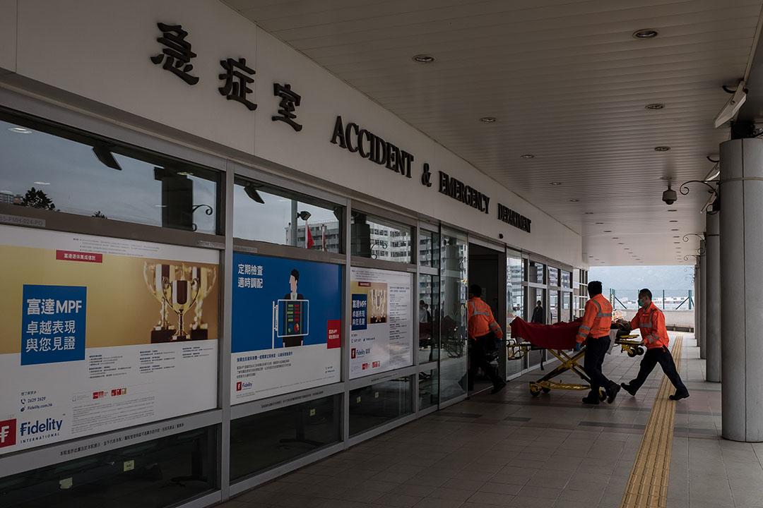 2016年3月11日,香港瑪嘉烈醫院,救護員推著病人進入急症室接受治療。攝:Billy H.C. Kwok/端傳媒