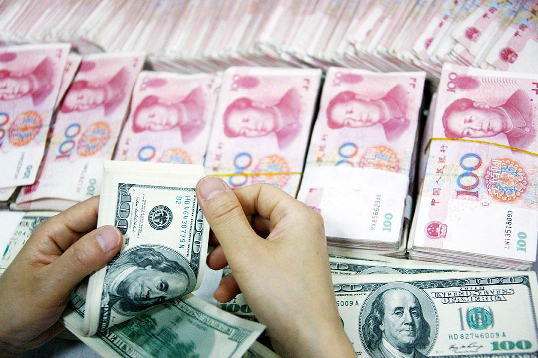 數據顯示,中國資本外流壓力似有放緩。外管局表示,短期內不排除採用托賓稅。攝:ChinaFotoPress/GETTY