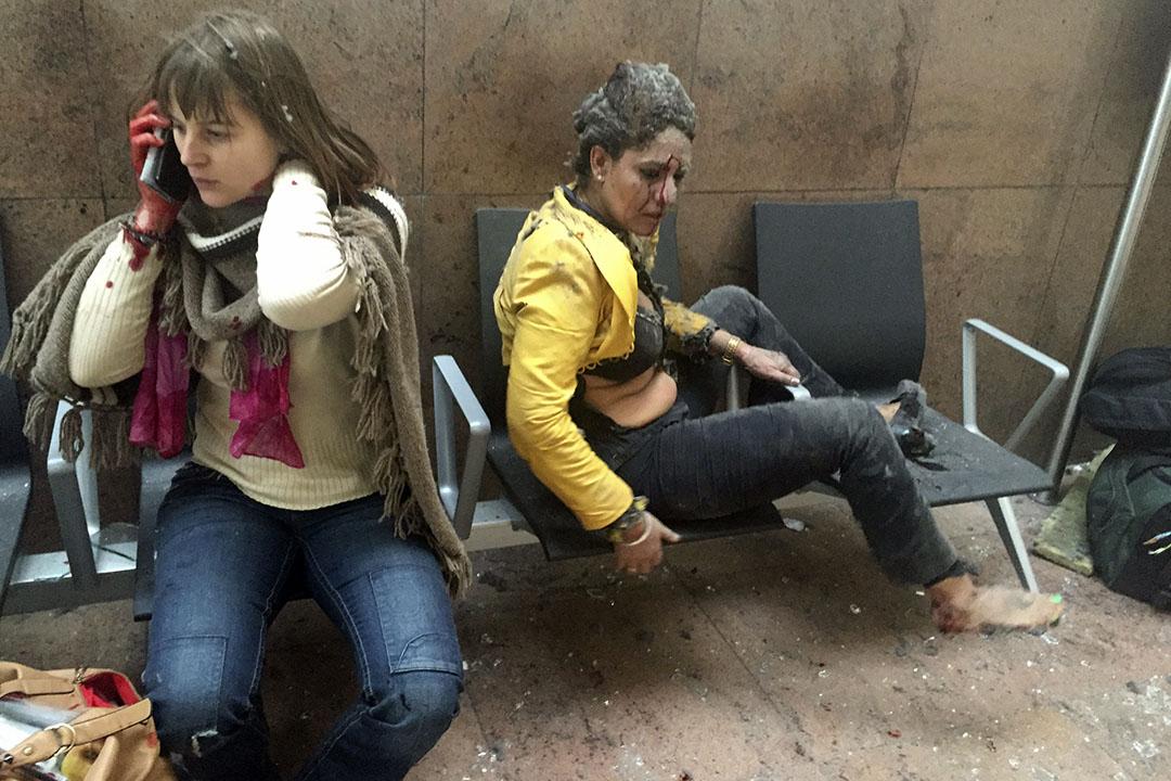 比利時首都布魯塞爾機場發生爆炸,兩名女傷者在現場等候救援。攝:Ketevan Kardava/ Georgian Public Broadcaster via AP