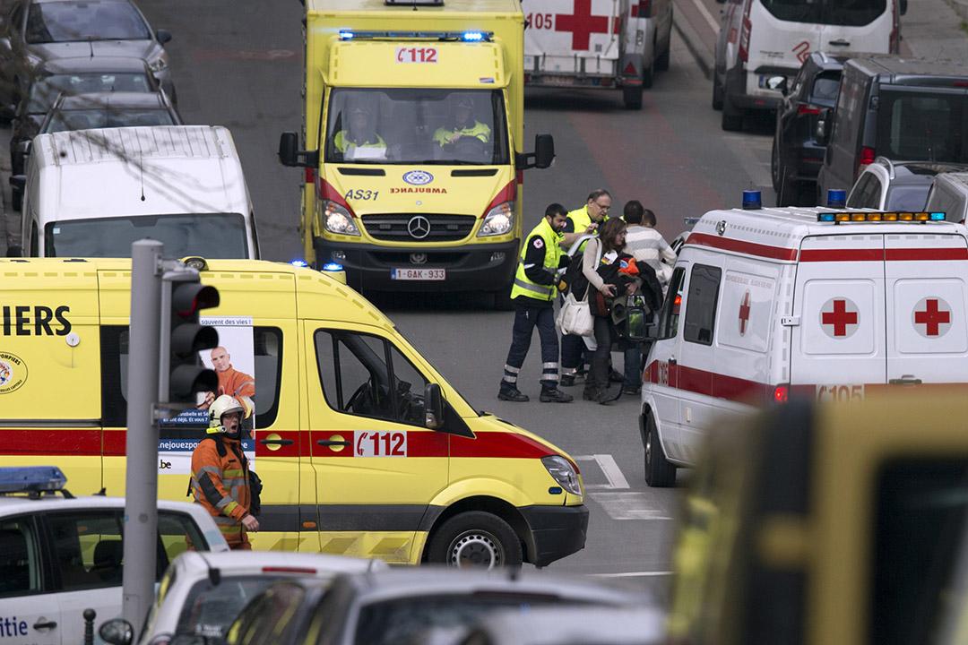 圖為一名受傷女子在救護人員協助下離開爆炸現場。攝:Virginia Mayo/ AP