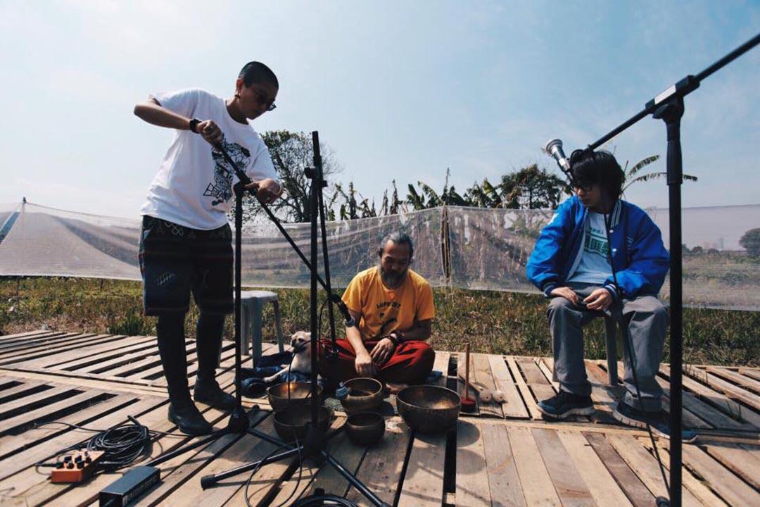 音樂人 MC 仁(中)及村民阿朗(右)準備在《香村》唱片發佈會上表演。圖片由空城計劃提供。
