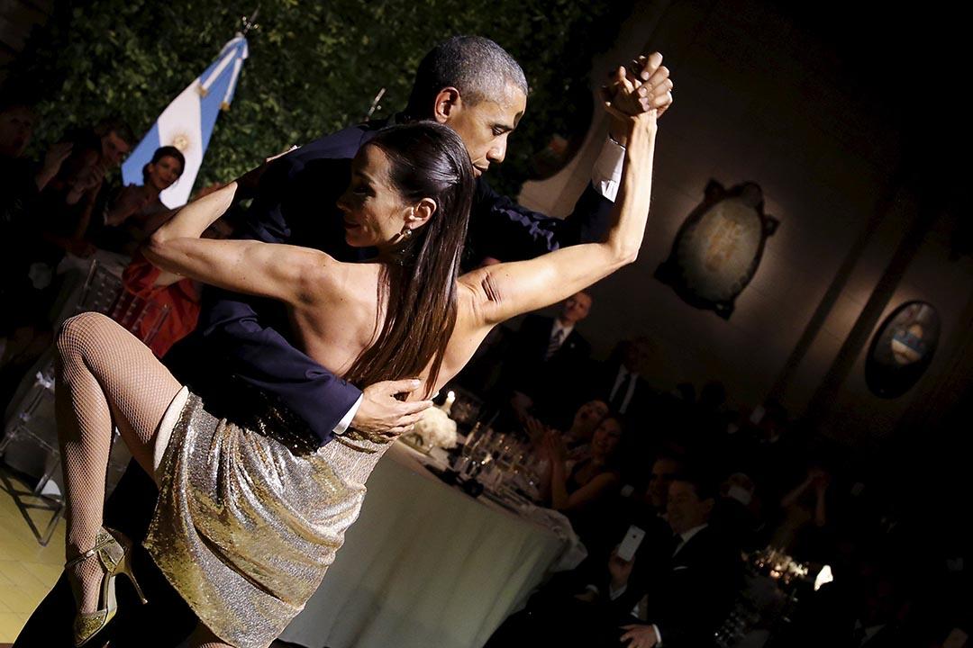 2016年3月23日,阿根廷布宜諾斯艾利斯,美國總統奧巴馬出席國宴時女舞者共舞探戈。攝:Carlos Barria/REUTERS