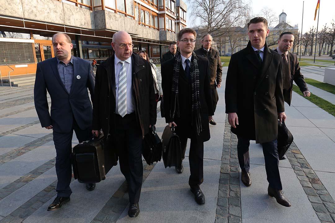 (右)NPD黨主席法蘭茲(Frank Franz)與(右二)代表律師李希特(Peter Richter)及黨幹部到達法院。攝:Pool/Getty