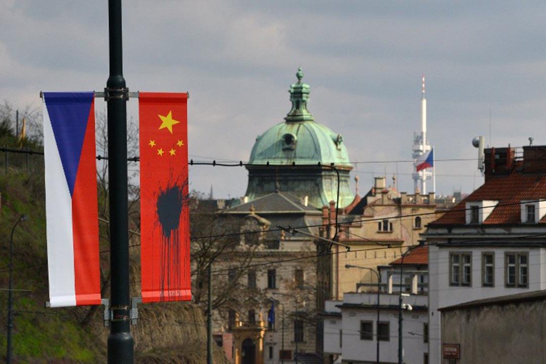 中國主席習近平抵達捷克前夕,布拉格沿街數十面中國國旗被潑上黑色顏料。攝:Michal Cizek/AFP