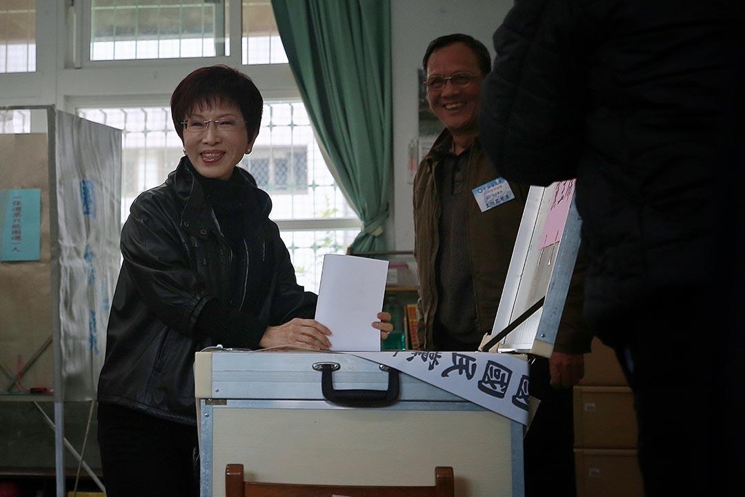 3月26日,國民黨舉行黨主席補選,參選人洪秀柱前往投票。攝:Billy H.C. Kwok/端傳媒