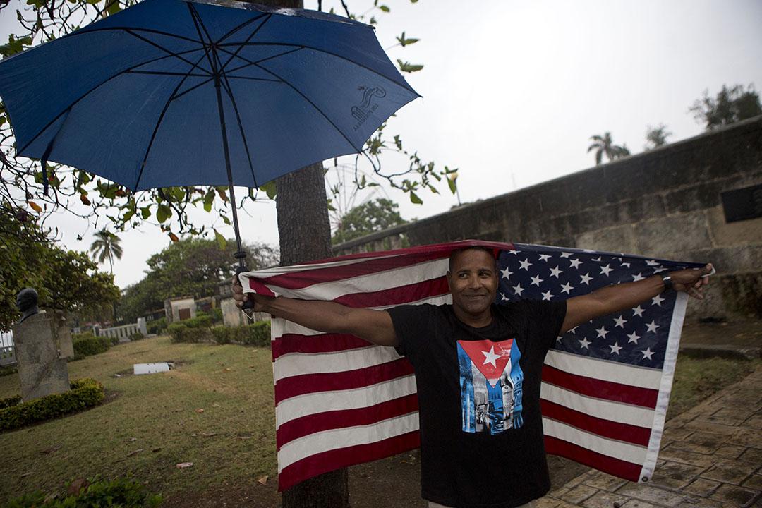 2016年3月20日,古巴夏灣拿,一名男子穿著印有古巴國旗的T恤,在雨中迎接奧巴馬。攝:Rebecca Blackwell/AP