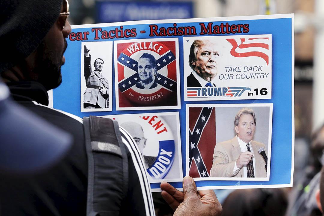 2016年3月13日,美國紐約,不滿共和黨總統參選人特朗普鼓吹種族主義的示威者,拿着標語參與遊行。攝:Lucas Jackson/REUTERS