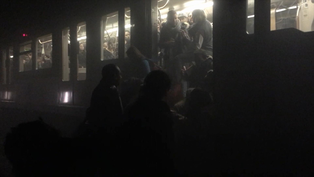 2016年3月22日,比利時,布魯塞爾機場及地鐵站發生爆炸後政府暫停市內所有交通,有乘客離開地鐵車廂。攝:Evan Lamos via AP