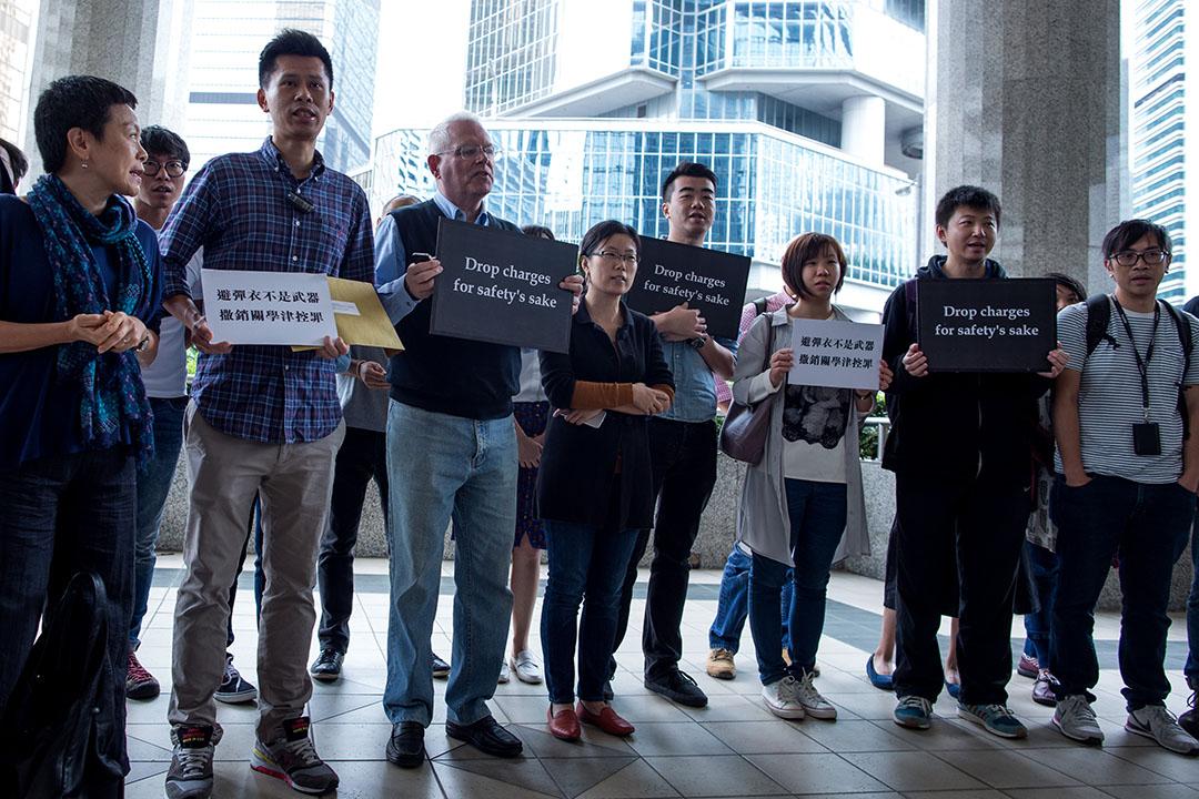 2015年10月12日,香港金鐘,外國記者協會、香港記者協會、香港攝影記者協會、香港新聞工作者聯會及端傳媒員工,到泰國駐港領事館門外聲援當時仍被扣留在泰國的端傳媒記者關學津。攝:盧翊銘/端傳媒
