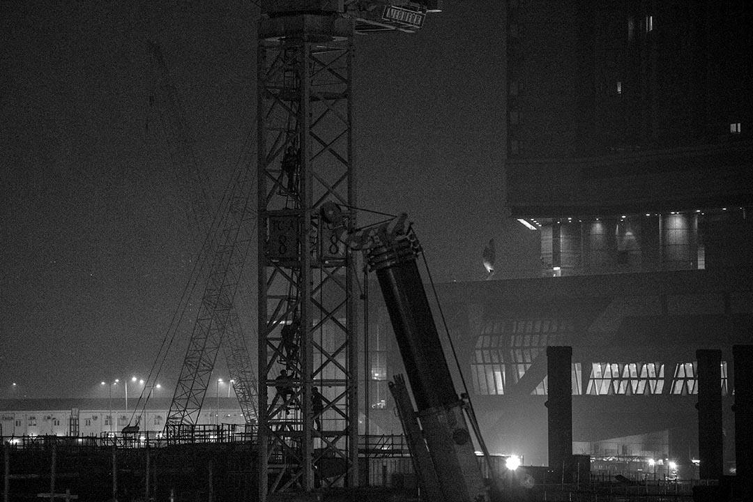 2016年3月19日,佐敦,清晨五時許,有示威者攀上高鐵地盤的天秤。