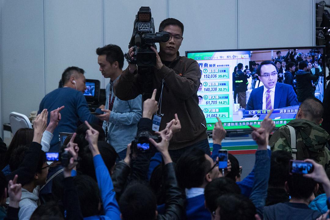 2016年2月29日,香港,新界東立會議席進行補選,電視台攝影師在調景嶺中央點票中心採訪點票情況。攝:盧翊銘/端傳媒