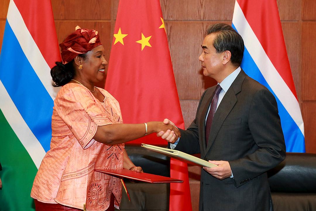 2016年3月17日,中國外交部長王毅與岡比亞外交部長蓋伊(Neneh Macdouall-Gaye)在北京簽署《聯合公報》,兩國恢復外交。攝:REUTERS/China Daily