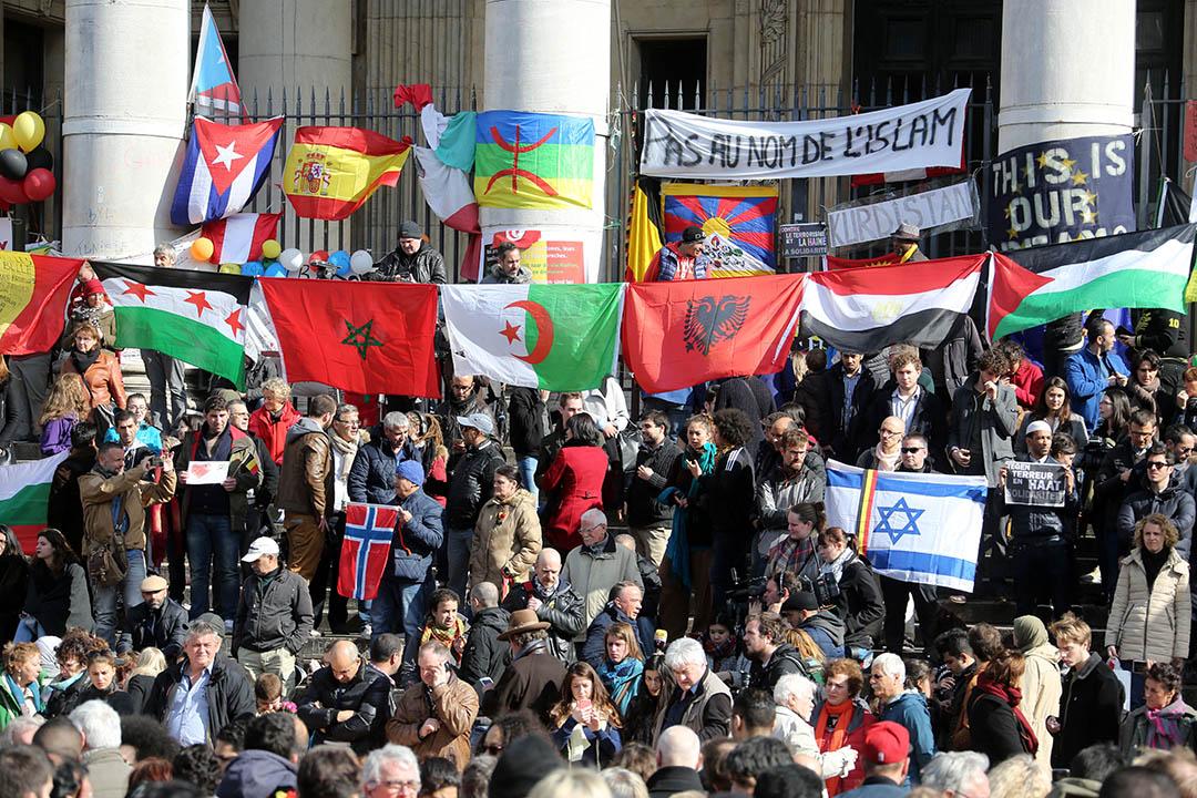 2016年3月27日,比利時,市民在布魯塞爾交易所廣場悼念在爆炸中死亡的31名死者。攝:Sylvain Lefevre/GETTY