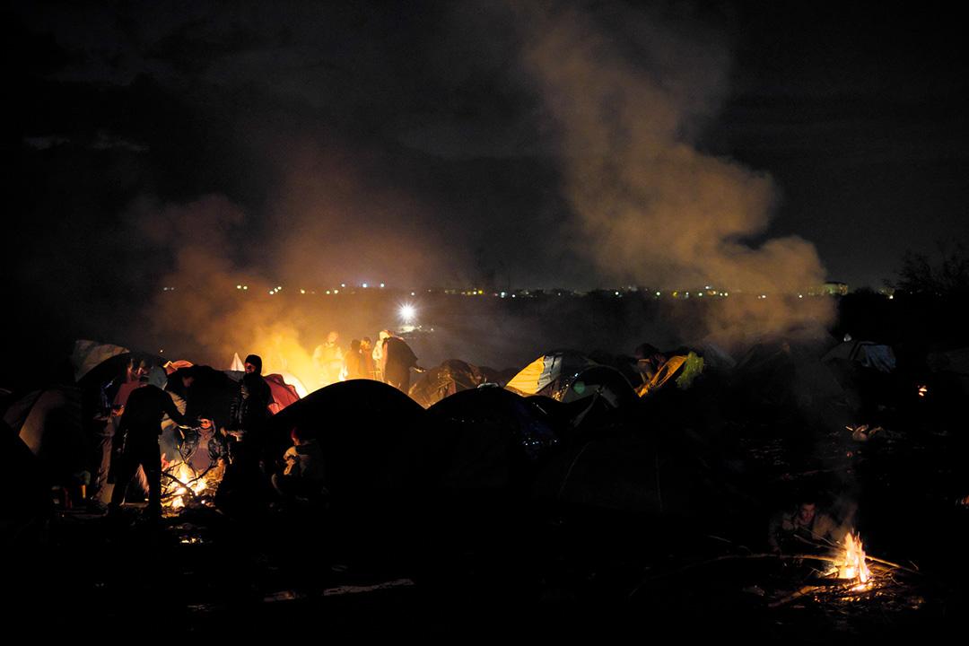 2015年11月26日,馬其頓 Idomeni,小鎮,滯留的難民在帳蓬外生火取暖。攝:Ashley Gilbertson / VII Photo for UNICEF