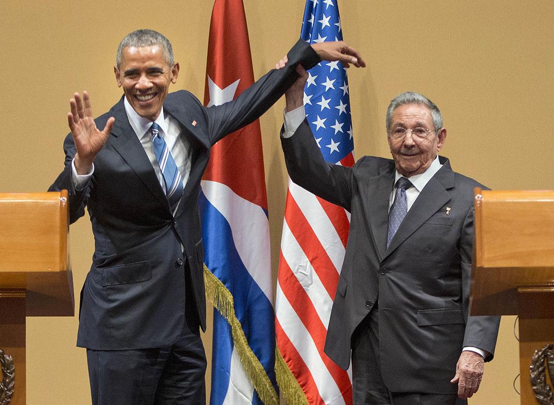 2016年3月21日,古巴總統勞爾·卡斯特羅在記者會上舉起美國總統奧巴馬的手。攝:Pablo Martinez Monsivais/AP