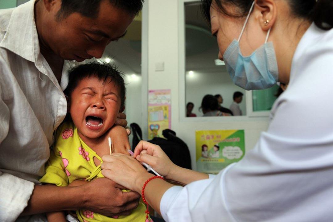 中國安徽省,一名男孩在接種麻疹疫苗。攝:STR / AFP