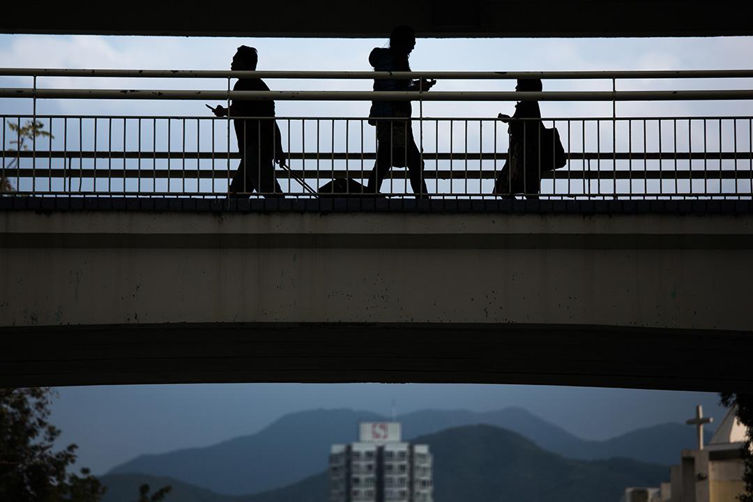 調查顯示,香港買樓壓力大已影響年輕人的生活方式。攝:盧翊銘/端傳媒