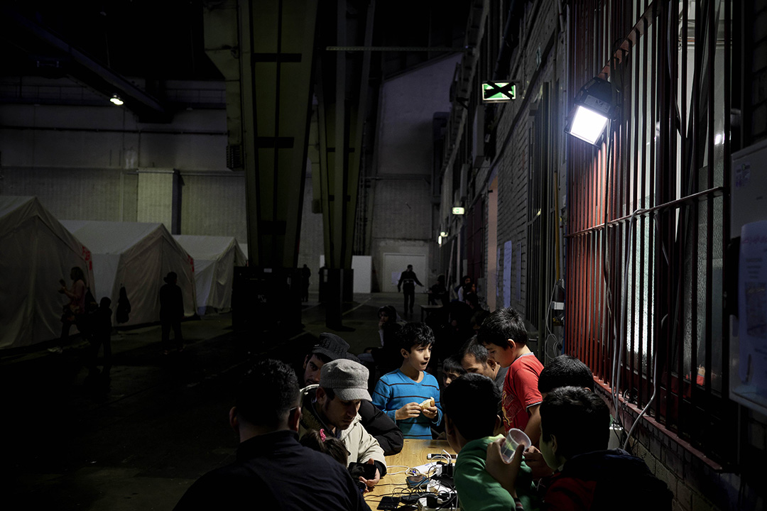 2015年12月11日,柏林, 德國政府與志願組織合作,於廢棄了的滕珀爾霍夫機場 (Templehof) 設立難民營。同時,聯合國兒童基金會將與德國政府及其他非政府組織商討,計劃向難民營內的兒童提供教育及社會支援服務。圖為孩童正於難民營內玩耍。攝:Ashley Gilbertson / VII Photo for UNICEF