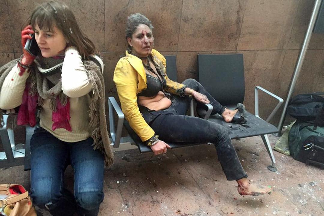 2016年3月22日,布魯塞爾國際機場發生爆炸後,兩名女傷者在現場等候救援。攝:Ketevan Kardava/ Georgian Public Broadcaster via AP