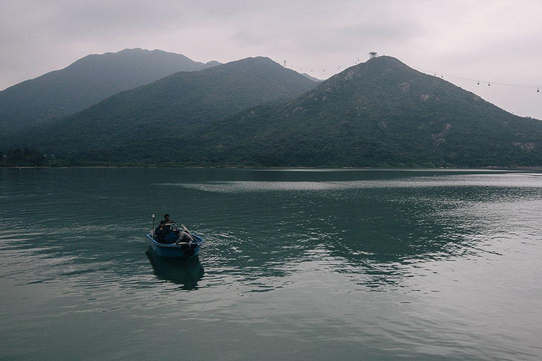 圖為香港大嶼山,漁民泛舟在海上捕漁。攝:王嘉豪/端傳媒