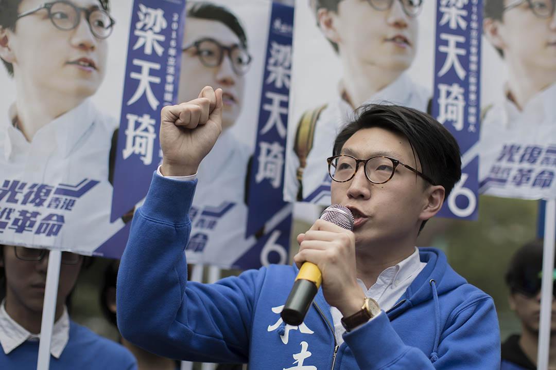 2016年2月28日,香港,本土民主前線參選人梁天琦參與新界東選區立法會議席補選,他於選舉當天到上水區拉票。攝:羅國輝/端傳媒