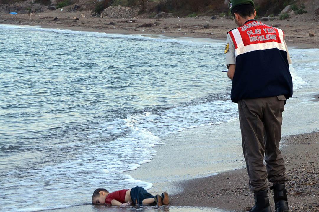 2015年9月2日,土耳其,救援人員於土耳其熱門的難民著陸海灘發現難民小童艾倫(Aylan Kurdi)的屍體。攝:Nilufer Demir/AP