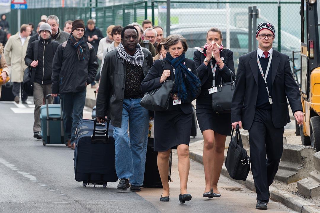 比利時布魯塞爾機場發生爆炸後,空乘人員和市民離開機場。攝:Geert Vanden Wijngaert/AP