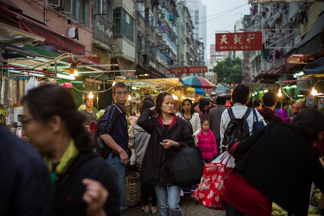 與室內街市不同,不同人做不同事情都會經過露天市集。攝:Billy H.C. Kwok/端傳媒