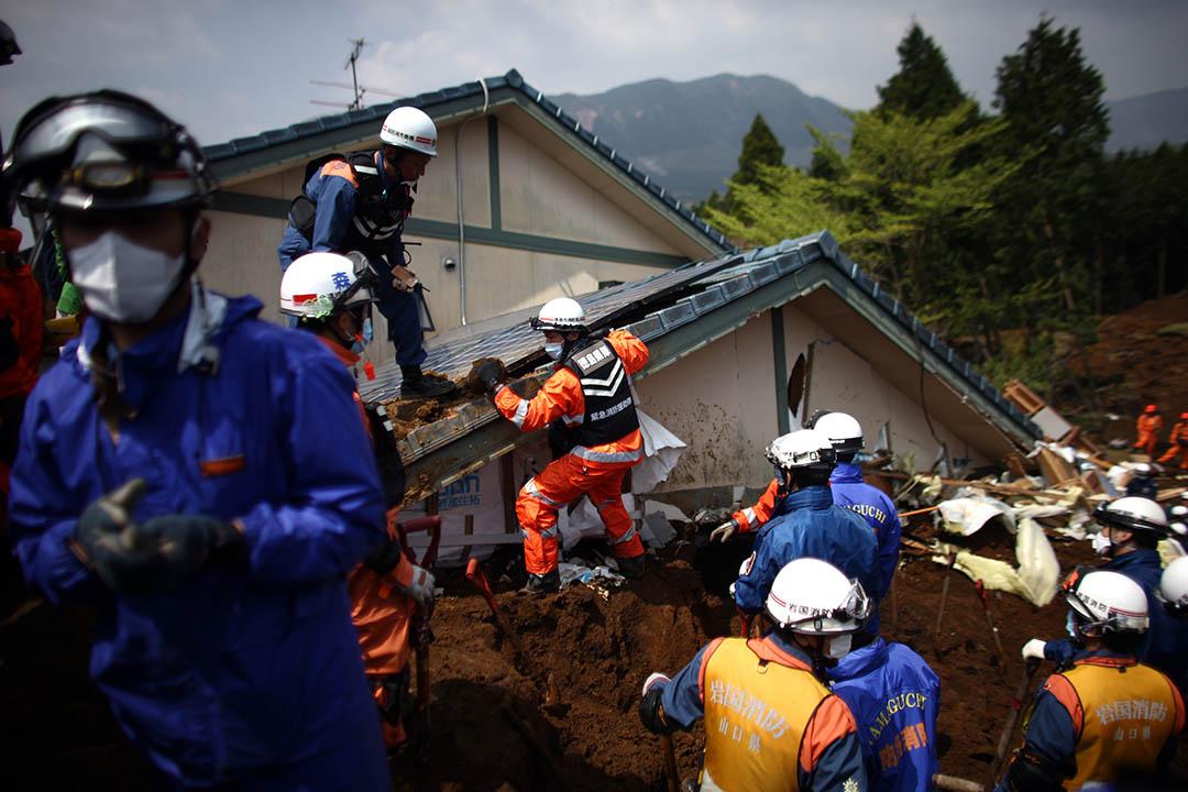 2016年4月19日,熊本縣南阿蘇,救援人員搜索因地震摧毀的房子。攝: Carl Court/Getty