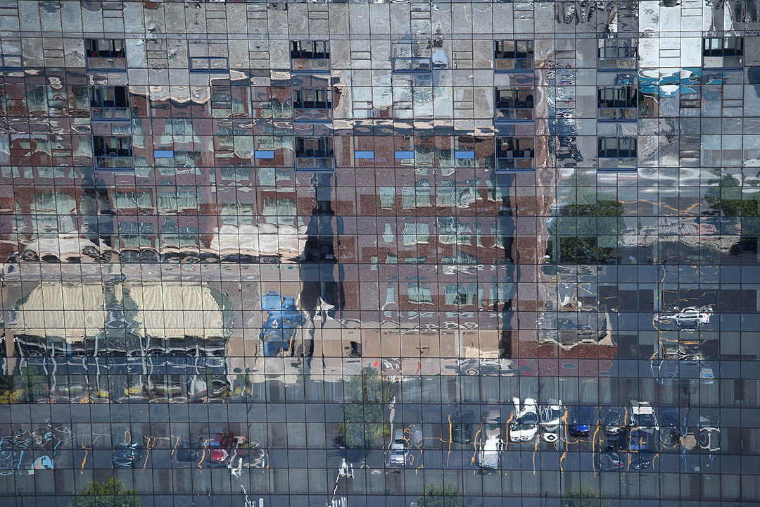 圖為美國水牛城一幢商業大廈的玻璃幕牆反映了城中街道的風景。