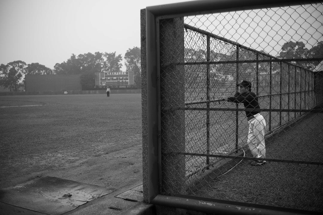 員工在場外觀看比賽。攝:Billy H.C. Kwok/端傳媒