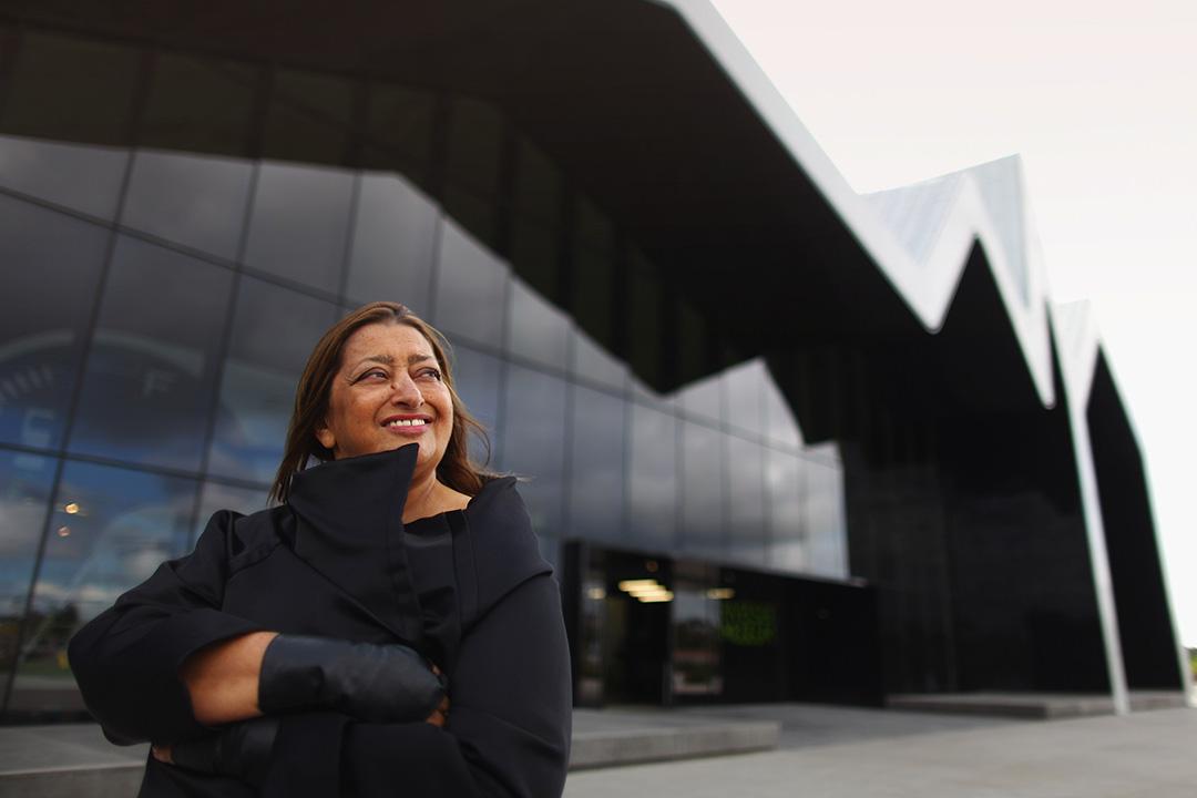 2011年6月9日,蘇格蘭格拉斯哥,設計河濱博物館的建築師薩哈·哈帝在博物館開幕前在大樓外拍照。攝:Jeff J Mitchell/GETTY