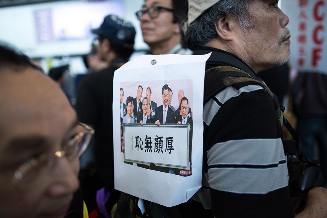 香港機管局25日向政府提交調查報告,確認梁振英女兒行李事件的處理並沒有違反機場的保安規定和國際航空安全標準。圖為4月17日在香港國際機場抗議梁振英「特事特辦」的民眾。攝:盧翊銘/端傳媒