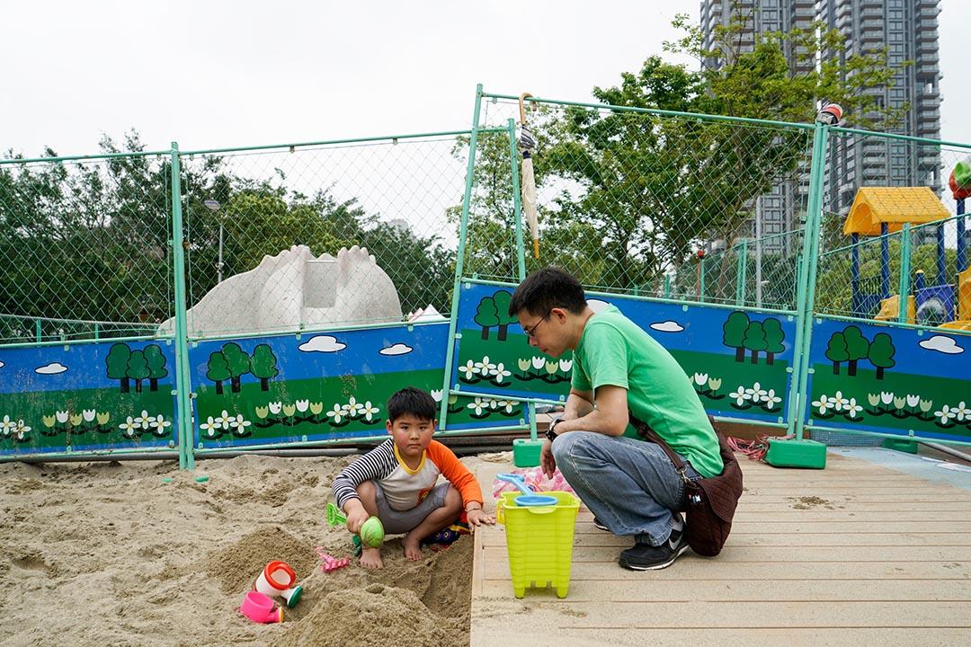 2016年4月3日,台北,父親在假日和孩子在大安森林公園玩耍。背後為恐龍磨石子溜滑梯。攝:張國耀/端傳媒