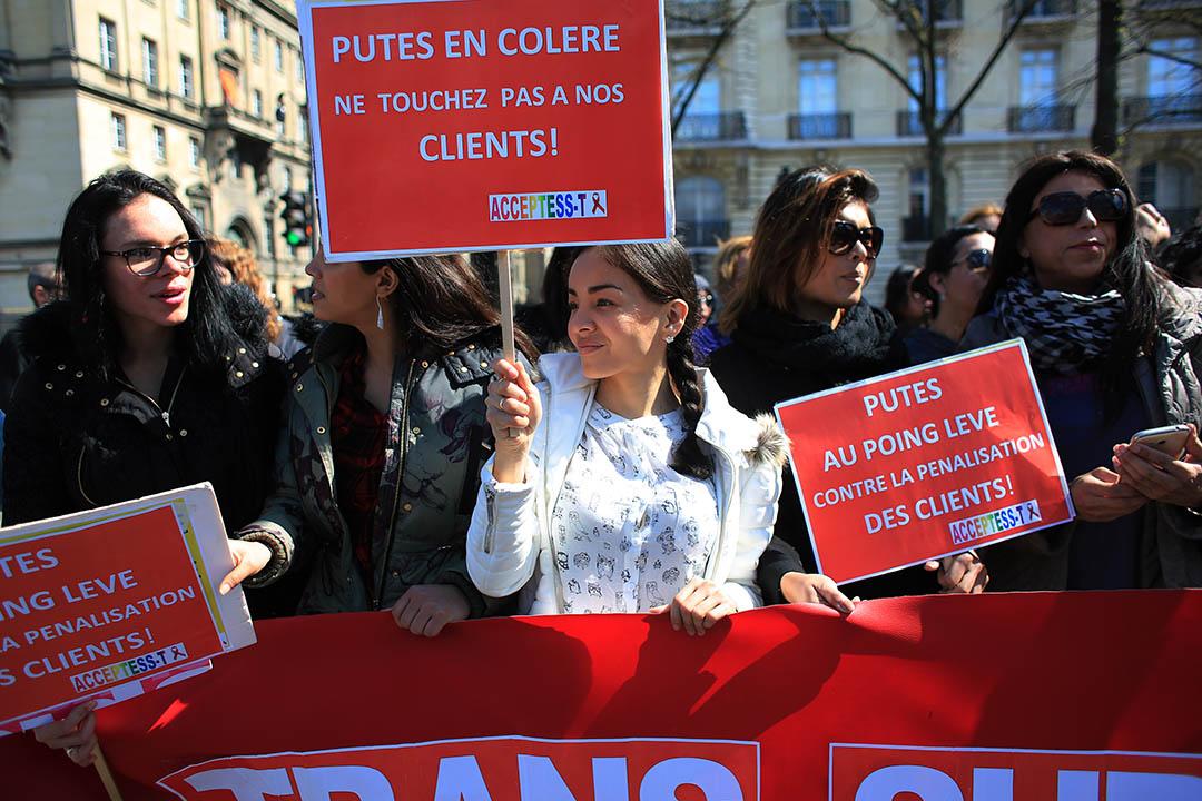 2016年4月6日,法國性工作者手持標語抗議剛剛通過的性交易法案。攝:Thibault Camus/AP