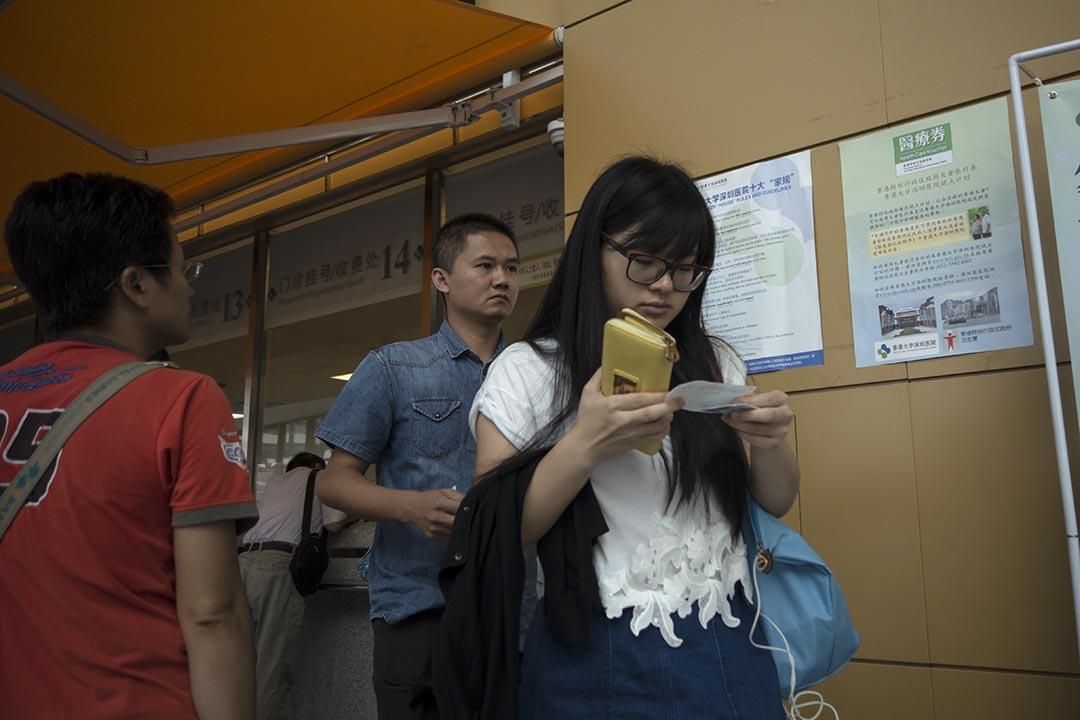 市民在深圳一家醫院領取掛號。攝:羅國輝/端傳媒