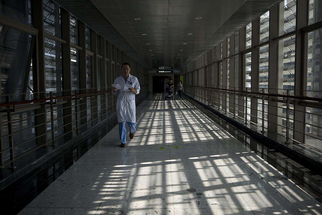 一名醫生在深圳一私立醫院的通道走過。攝:羅國輝/端傳媒