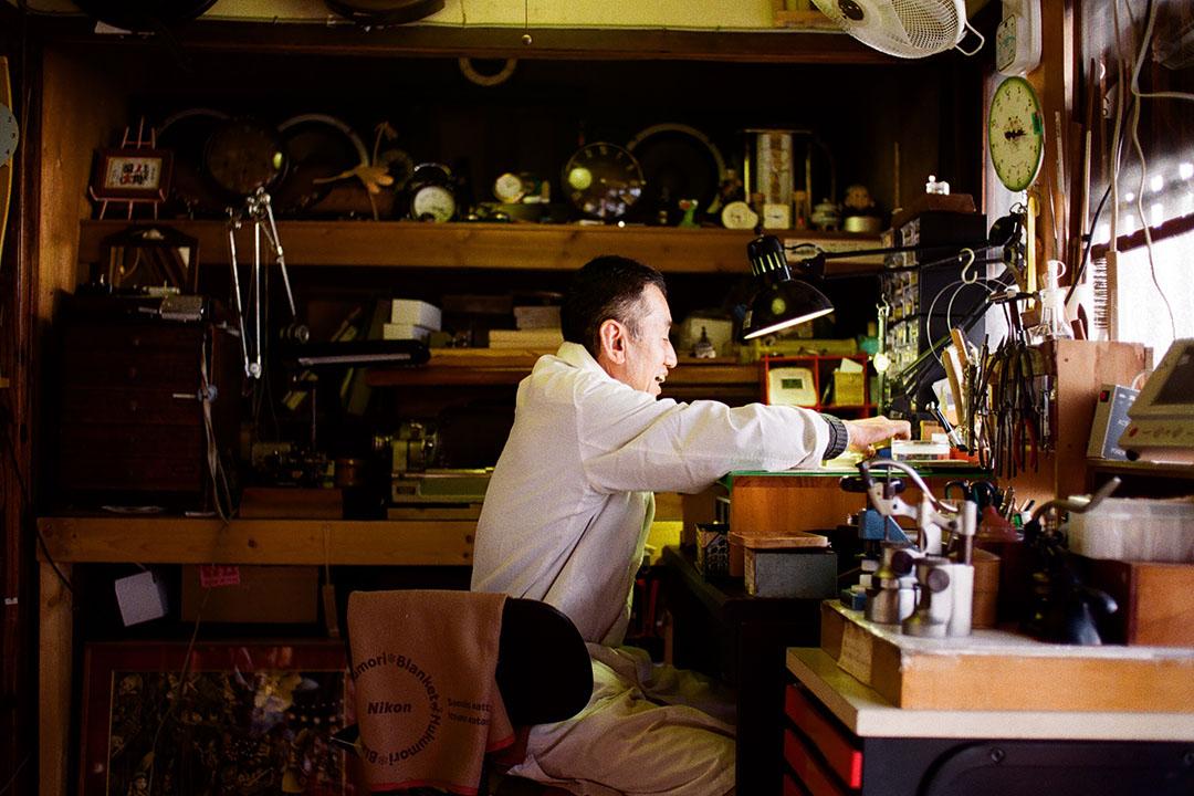 在京都市北區開設鐘錶維修店的老先生,見我對他的香鐘(以香枝粉抺作的時計)感興趣,隨即佈置點燃給我看。照片由林琪香提供