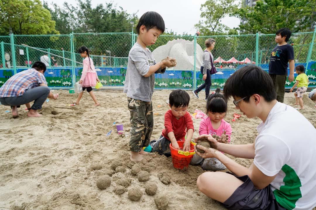 小孩在大安森林公園沙坑玩耍。攝:張國耀/端傳媒