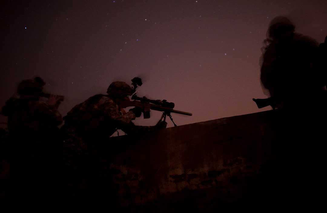 2008年5月14日,伊拉克巴格達,美軍士兵正在進行一個通宵空襲任務。攝:Chris Hondros/Getty