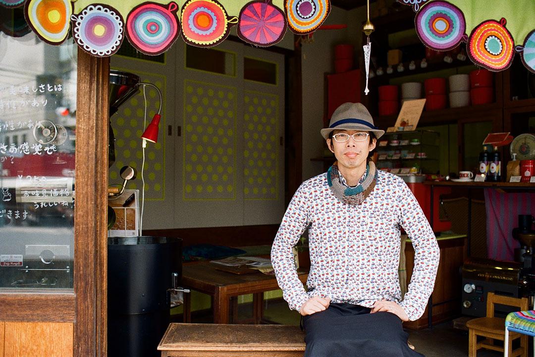 Circus Coffee的渡邉良則先生,仔細教我烘焙咖啡的技巧。照片由林琪香提供