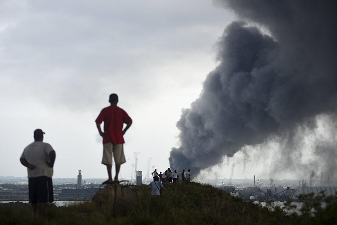 2016年4月20日,居民看著墨西哥国家石油公司(PEMEX)在墨西哥韋拉克魯斯州的石化設施爆炸現場。攝:Angel Hernandez/ REUTERS