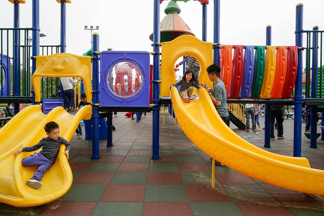 大安森林公園遊戲場罐頭遊具(塑膠組合滑梯)。攝:張國耀/端傳媒
