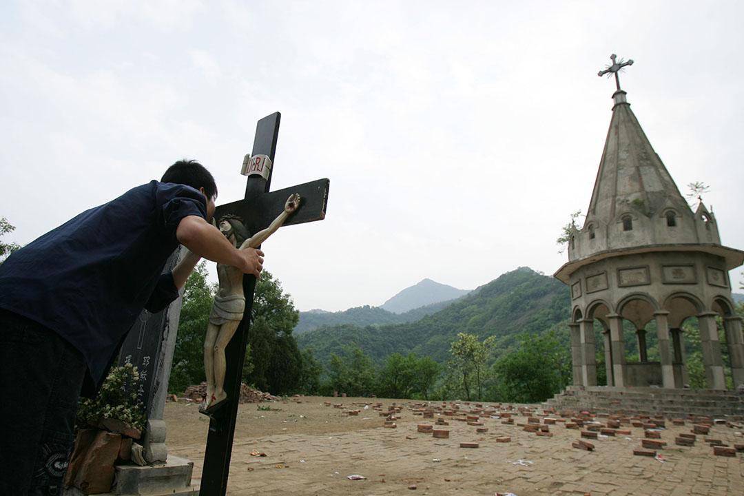 4月22日至23日,中國召開了近年規格最高的全國宗教工作會議。圖為山西省一名天主教徒親吻十字架上的耶穌像。攝:China Photos/GETTY