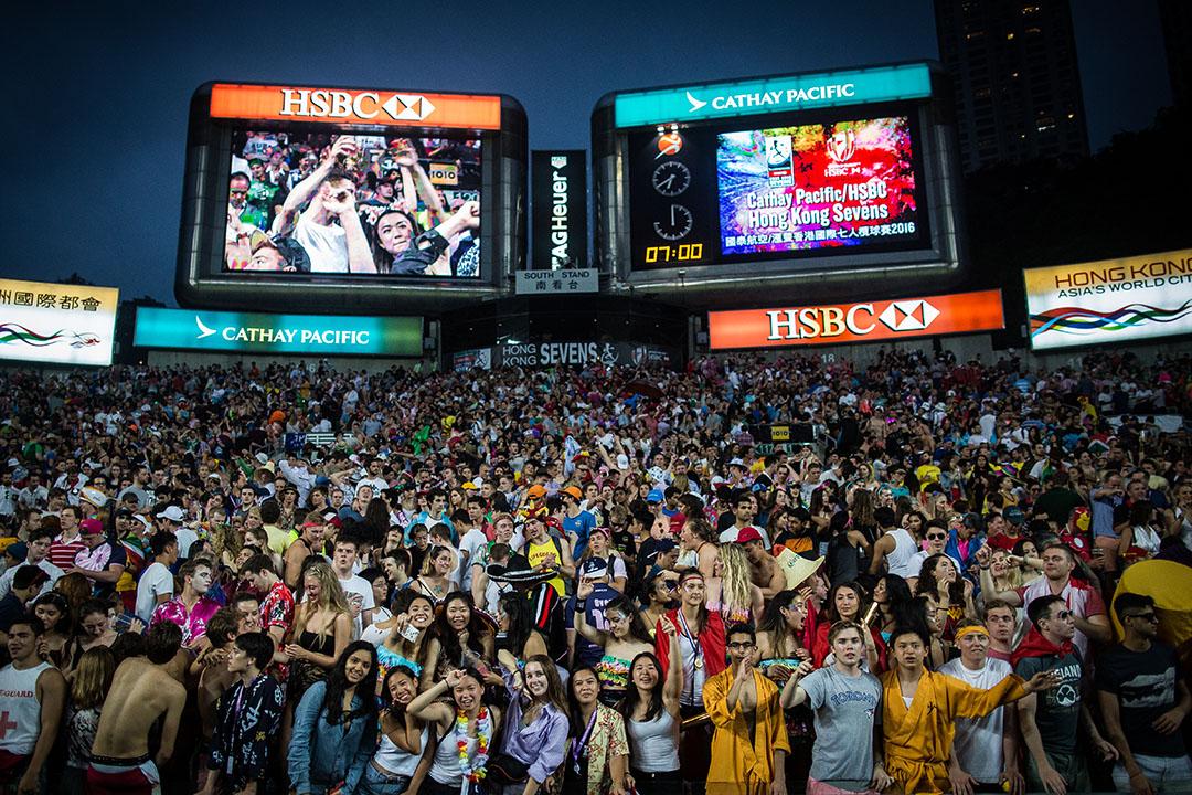 傍晚時分看台座無虛席,氣氛非常熱鬧,球迷站起歡呼。